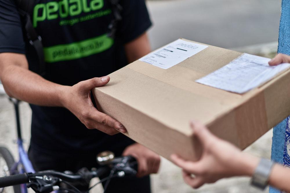 Ciclistas da Pedala entregam pacotes pelo Rio de Janeiro | Foto: Bruno Fujii para NESsT