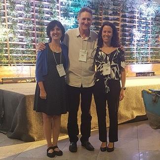 Nicole Etchart (NESsT), Francisco Samonek (Encauchados de Vegetais da Amazônia) e Renata Truzzi (NESsT Brasil) no FIINSA, em novembro em Manaus.