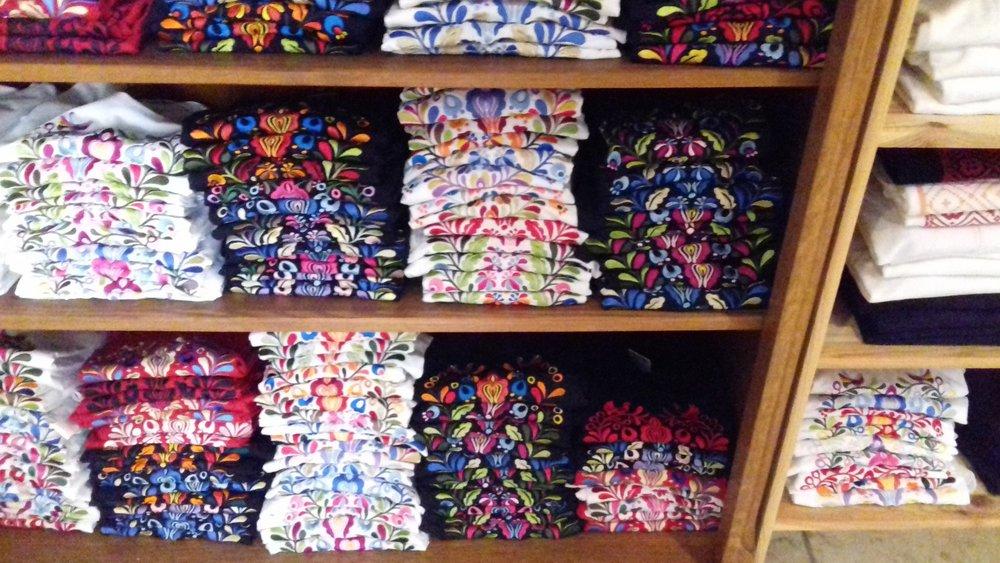 Egy helyi kézműves bolt, ahol a Matyódesign-hoz hasonló termékeket (is) árulnak.