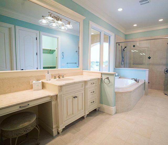 What bathroom dreams are made of 💫 . . #bresslercustomhomes #customhomes #floridalife #luxurydesign #luxuryliving #bathroomremodel #bathroomdesign