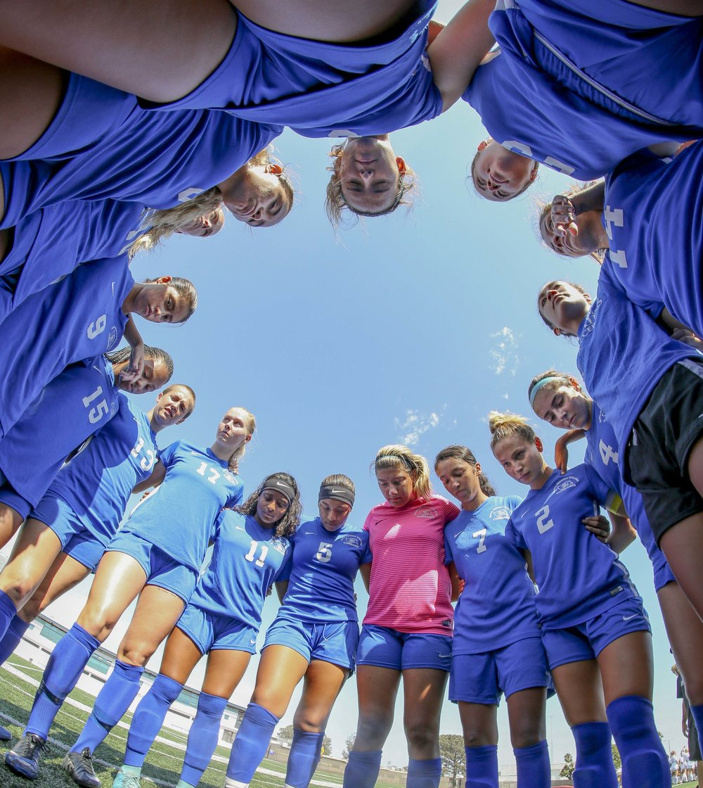 The Santa Monica College Corsairs Womens Soccer Team form a huddle before they play against The El Camino College Warriors, Friday, September 1st, 2017, at the Sana Monica College Main Campus field in Santa Monica, CA. The Corsairs beat The Warriors 4-0. (Daniel Bowyer/Crsair Staff)