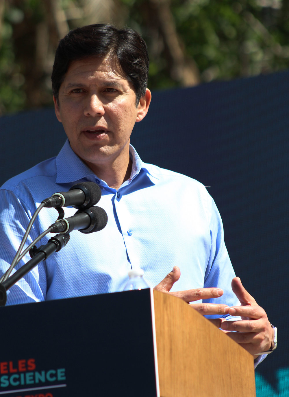Califonia State Senator, Kevin de Leon, speaks of policy change at the LA March for Science in Pershing Square, Los Angeles, California, on Saturday, April 14, 2018. (Pyper Witt/ the Corsair)