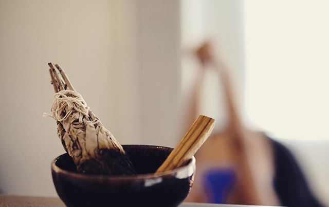 Smudging has been practiced for centuries to clear out dark energies. You can clear your home or space regularly to prevent stagnancy and old energies from lingering. When we practice yoga we are also clearing the house of our body to move through old emotions and energies that aren't in our highest good. Keep moving to create change! ✨✨✨ Paolo Santo from @maderapalo - available online soon!