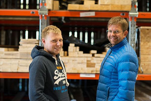 Leder for produksjon Knut Arne Liodden (til høyre) ønsker Aleksander Sjøthun hjertelig velkommen til Ålhytta.