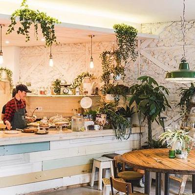 FAUNA&FLAURA❤️ORIANE❤️ - Bienvenu dans cette jungle urbaine spécialiste des brunchs healthy. Le grand bar à jus et sa cuisine ouverte nous captivent à chaque fois.Rua da Esperança, 33 - 1200-655 Lisboa / 961 645 040