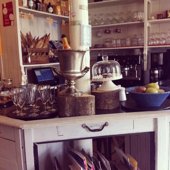 LA BOULANGERIE - Tel que son nom l'indique : les spécialistes du petit déjeuner avec du bon pain frais, croissants et jus d'orange pressés. Miam!R. do Olival 42, 1200-742 Lisboa / 21 395 1208