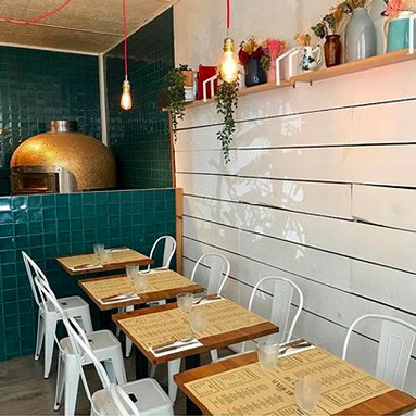 MABICHE PIZZA     De bonnes pizzas artisanales et un beau four à pizza en mosaïque dorée ! Sur place ou à emporter, c'est toujours aussi bon !    Boas pizzas artesanais e um belo forno para pizza com azulejos dourados ! No sítio ou para levar, sempre tão bom!      R. Passos Manuel 9, 1150-020 Lisboa / 21 134 7793