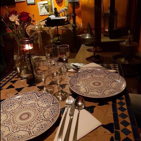FLOR DE LARANJA    / ❤️AUDE❤️    Rabia vous accueille, cuisine et sert ! C'est un couteau suisse...mais marocain ! Tajine, couscous, tout est délicieux. On sonne pour rentrer svp, comme à la maison !    psssss...notre petit secret : on peut privatiser pour une soirée avec danseuses du ventre et musique ou alors même commander ses bons plats pour un dîner chez soi !    A Rabia acolhe-o, cozinha e serve-o ! É uma faca suíça... mas marroquina! Tajine, cuscus, tudo é delicioso. É preciso tocar antes de entrar sff, como em casa!    Pssss... o nosso segredinho : podemos privatizar o espaço para um serão com bailarinas do ventre e música e até encomendar os seus bons pratinhos para um jantar em casa    R. da Rosa 206, 1200-390 Lisboa / 21 342 2996