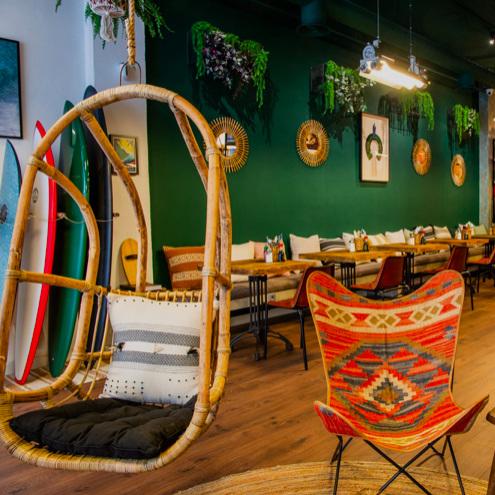 BOUTIK     Café/Shop hybride aux allures de boutik de surf hawaïenne. Pour nous parmi les meilleurs Poke Bowl de Lisbonne.    Café/Shop híbrido com ares de boutik e surf havaiano. Para nós, está entre os melhores Poke Bowl de Lisboa         R. de São Bento 106D, 1200-820 Lisboa / 21 396 0773