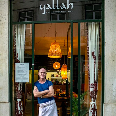 YALLAH /  ⚡  NEW ⚡    Découvrez le chef israélien Hagay Elle, ancien photographe de mode récemment installé à Lisbonne !    L'entrée de mezze à partager, les pitas de falafels, de boeuf, le jus d'orange coriandre ou encore la mousse au chocolat… une délice à chaque bouchée…    XXXX    Rua do Loreto 54, 1200-242 Lisboa / 21 604 2000