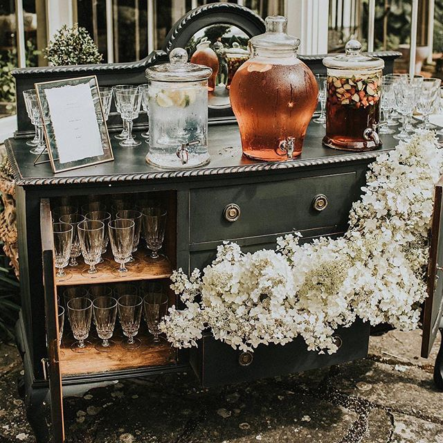 We love a welcome drinks table, what could be better... maybe a dessert table?! Repost from @hirelove_uk  Image @igordemba  #drinkstable #welcomedrinks #desserttable #dessert #pudding #sweettooth