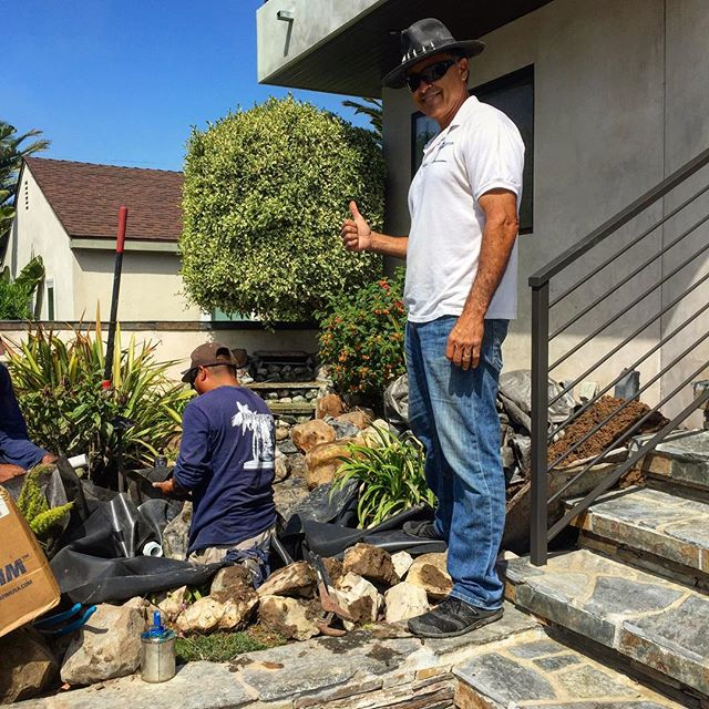 Visiting a landscape rescue with Mike Garcia, Master Pond Builder here in the South Bay @enviroscapela ... Lesson from Mike: Build it right the first time - use quality materials 👍 #waterfeature #usepromaterialsonly #Hermosabeach #Manhattanbeach #garden #gardendesign