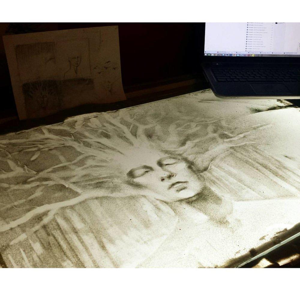 Irina Titova - Bei meiner kunstpädagogischen Arbeit mit Kindern habe ich 2009 begonnen mit dem Material Sand zu arbeiten. Schon beim ersten Mal war mir klar, dass dies mein Schöpfungsweg sein und mich diese Kunstform mein Leben lang begleiten wird.