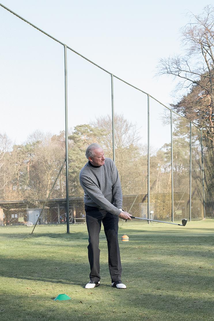 SWING  -2016  Een korte observatie van de traditionele golfcultuur. Het verbaast mij al jaren dat de ouderwetse traditie,van rangorde en maatschappelijke status, nog steeds staande wordt gehouden in deze tak van sport. Zeker met onze steeds moderner wordende samenleving. Ik ben een kijkje gaan nemen achter de deuren van een besloten golfclub.