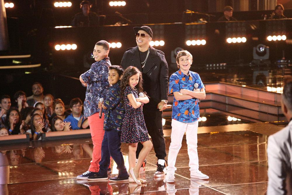 daddy-yankee-con-su-team-yankee-en-la-semifinal-de-la-voz-kids-99.jpg