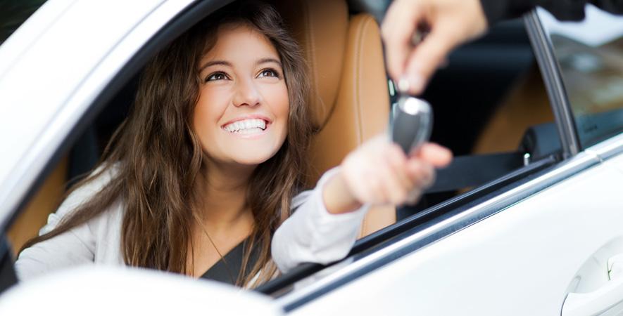 mujer con llaves de coche. Comprando coche de ocasión