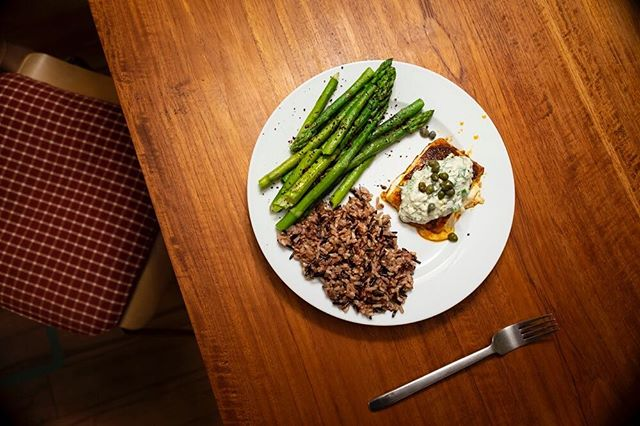 simplicity #farmtoflavour  _____________ |@chefmichaelsmith spiced roast salmon w/ tartar sauce topped with capers feat. smoked pimenton paprika + Zanzibar black peppercorns |bed of brown rice |steamed asparagus topped with Silk Chili  _________ 📷 @gloooth  _________ check out all the spices HERBOLOGIE.CA