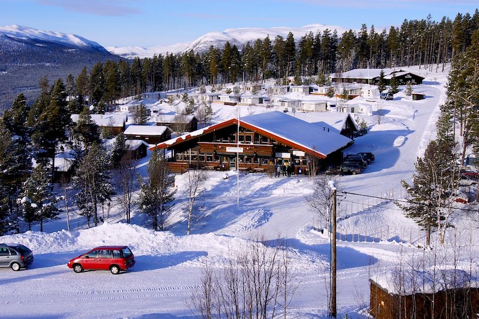 Alpin - Dombås Fjellskole ligger like ved Dombås Alpinanlegg, og det er naturlig for oss å benytte dette anlegget. Elevene får vanligvis et introduksjonsopplegg i bakken allerede første dag, avhengig av ankomsttidspunkt. Dette for at elevene skal kunne øve seg på å ta skiheisen, og at vi får en oversikt over skiferdigheter med det samme de kommer. Iblant bruker vi også skitrekket ut på tur.Det er kveldskjøring i skiheisen hver tirsdag og torsdag. Disse dagene kan elevene benytte skitrekket, på egen kostnad. Fjellskolen har gode samarbeidspriser med alpinanlegget.