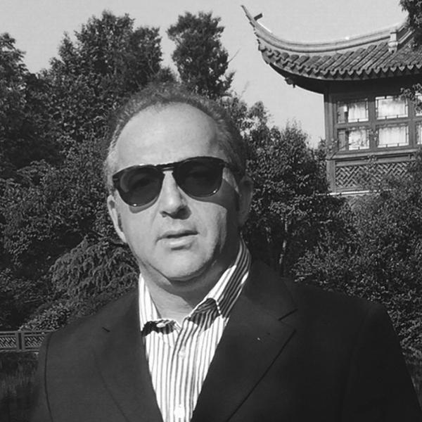 Ricardo Podval  Cofundador CIVI-CO  Formado em Engenharia Mecatrônica, com MBA em empreendedorismo na Babson. Passou os últimos 7 anos na China como General Manager de grandes projetos de Bens de Capitais (Mineração, Siderurgia, Cimento, Papel & Celulose ) no mercado Asiático. Retornou ao Brasil em 2016 em busca de um projeto com propósito. Juntamente com sua sócia Patrícia Villela Marino estão inaugurando o CIVI-CO primeiro Coworking para projetos de impacto Civico -Social