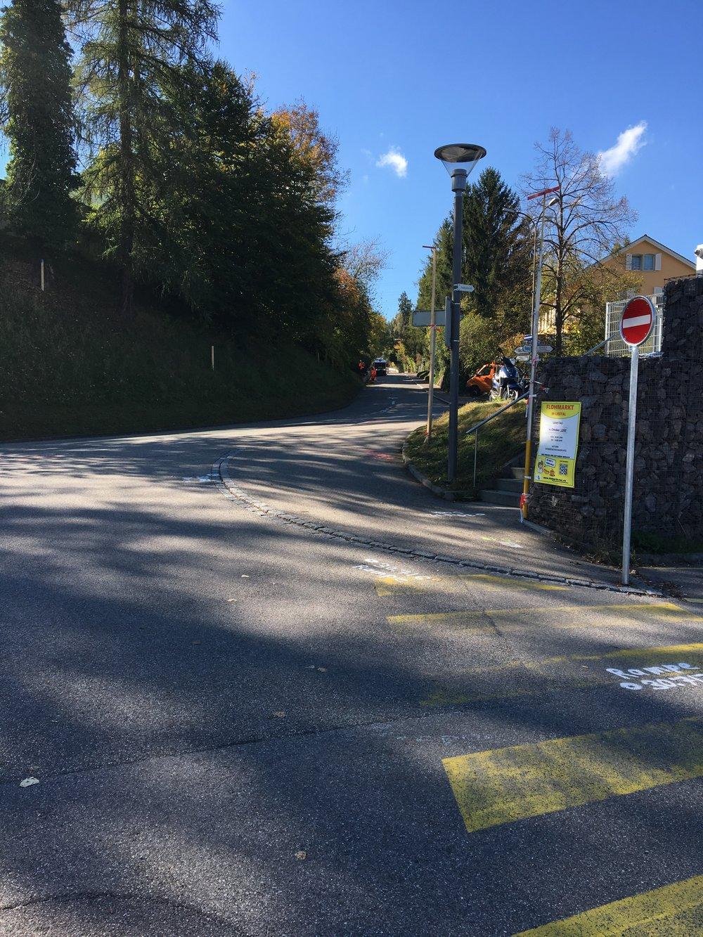 Ca. 200 m die Sichternstrasse hinauf spazieren, bis Sie linkerhand das Praxisschild sehen...