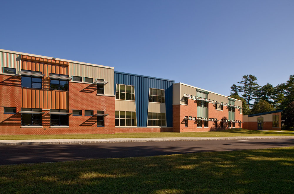 Each section of this linear school is an articulated segment, with its own expression inside and outside.