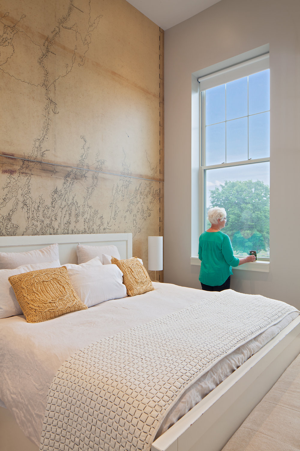 All units in the historic section benefit from natural light from original high window openings. In designing the replacement windows, the architects researched old photos to match the original mullion pattern.
