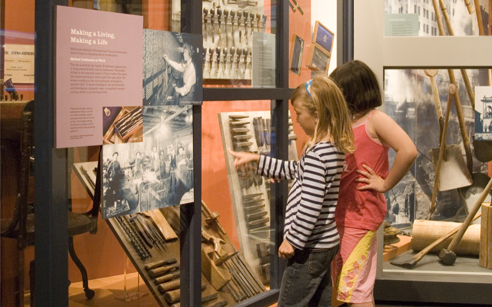 Exploration du Musée - Restez pour la Journée!Prolongez votre visite avec ce deuxième programme éducatif pour une expérience complète du musée!Cette visite d'exploration autoguidée du Musée de Vancouver peut être combinée avec un programme relié.
