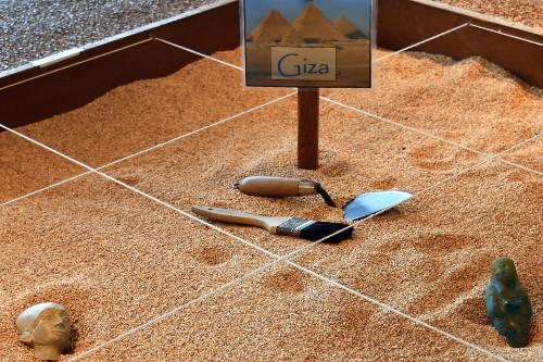 Explorez l'Egypte - Découvrez l'histoire de l'Egypte Ancienne en jouant aux archéologues.Réalisez une fouille et examinez des artéfacts égyptiens.Bâtissez une pyramide géante.Observez une véritable momie égyptienne.