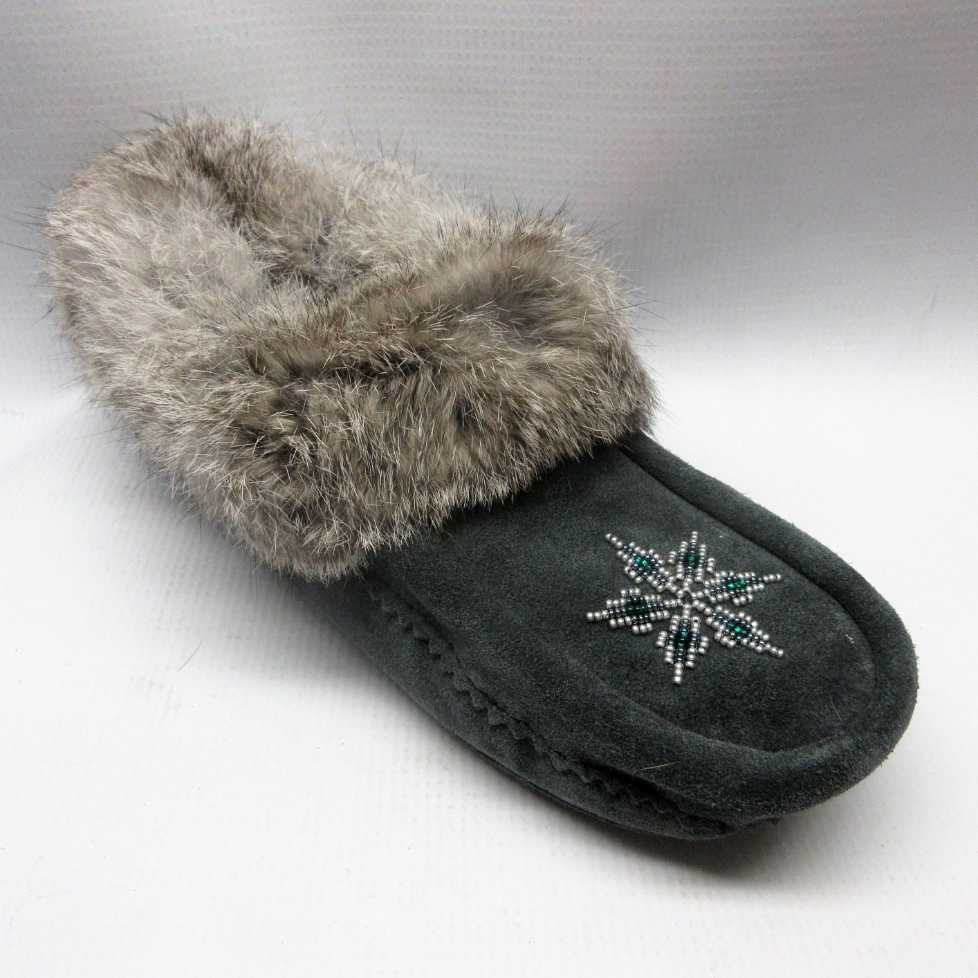 Manitobah Slippers Women Mocassins Fur Trim in Chacoal Size 6 — Cabaline 1deb06222