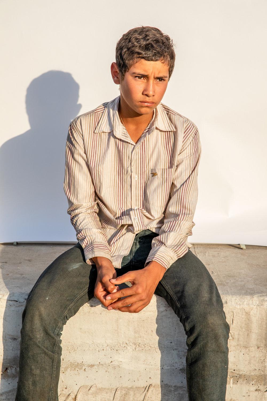 """""""No tengo miedo. Yo nunca he tenido miedo,"""" - dijo Francis Eduardo de 14 años originario de Copan, Honduras, en el """"Hotel Migrante"""" en Mexicali, un importante refugio para migrantes en el norte de México.""""A mi familia yo no le dije nada cuando salí. Solo salí así con las maletas y me vine. No le dije nada a mi mamá porque no me iba a dejar venir."""" Cuando él la llamó para informarle que había llegado a México, ella lloró, pero entendió sus razones y su valentía para salir adelante."""