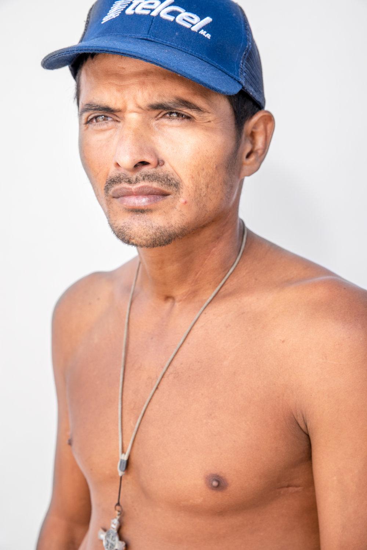 """""""Allá las autoridades no existen, sólo se miran los uniformes pero son vendidos también,"""" - dijo Pedro Juárez de 29 años de Choloma, Cortés, Honduras, mientras descansa en la Ciudad de México.Hace tres años, mientras trabajaba como guardia de seguridad, fue herido de bala por un hombre ebrio que caminaba por la calle disparando al azar.""""A mí me pegaron dos tiros. Yo casi me muero y por puro milagro de Dios estoy vivo y todavía ahí tengo una bala en mi cuerpo que no me la pudieron sacar en Honduras."""""""