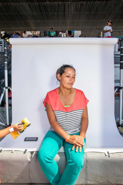 """""""En Nicaragua ya tiene seis meses de estar la guerra, cuando a mi me dijeron que estaban matando a los estudiantes, porque mis hijos estaban estudiando, me fui."""" - dijo Karen Lorena Macy Pérez de 32 años originaria de Matagalpa, Nicaragua dentro del albergue temporal para la caravana en la Ciudad de México.Macy es una madre soltera que viaja con cuatro de sus hijos.""""Yo solo quiero llegar a Tijuana. Me impresiona y me da más miedo Estados Unidos que el país de donde venimos, pero tengo que sentirme tranquila. Me siento con más miedo de entrar ahí y me lleguen a quitar a los niños."""" La noticia de las políticas de inmigración recientemente implementadas por Trump era un tema recurrente en la caravana. """"Cómo puede pensar él (Trump) que puede quitar los niños a las madres. Está muy mal. (...) Eso es una tortura para los niños. Una tortura de verdad."""""""