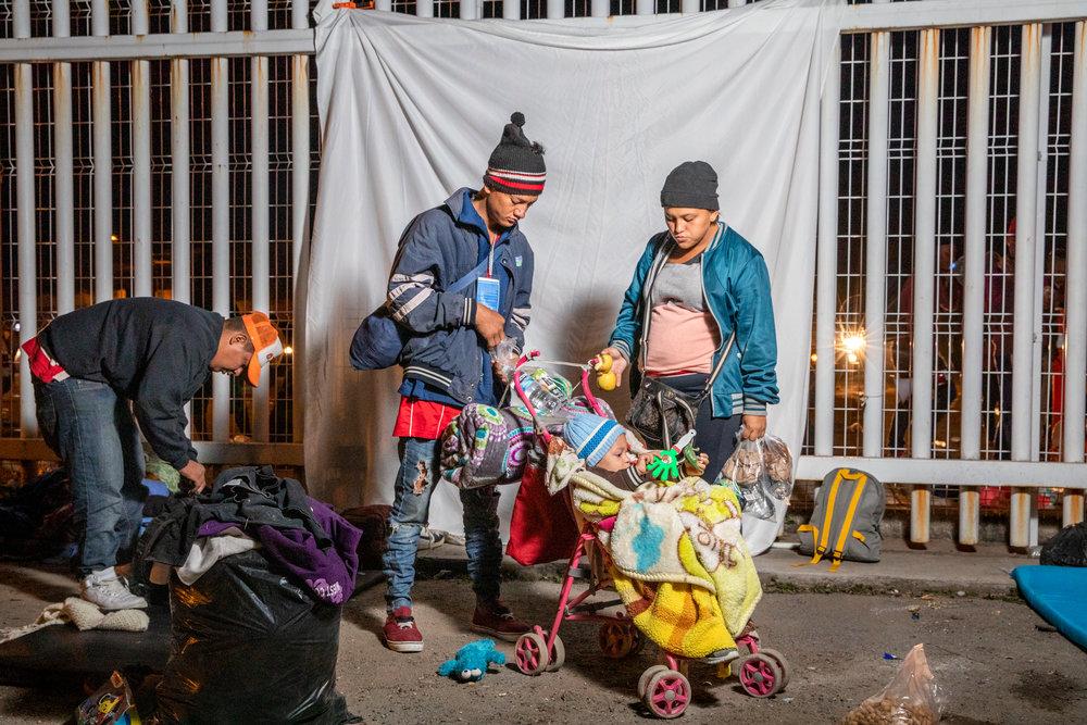 Javier Martínez Pérez, de 21 años, Riccy Bueso Aguilar de 17 años y su hijo Yesuar Martínez Pérez, de 2 años originarios de Lima, Cortés, Honduras, empacan su pertenencias antes de continuar con la Caravana migrante que viaja desde Centroamérica, en Irapuato, Guanajuato, México el 12 de Noviembre de 2018. Miles de personas forman parte de esta caravana que ha sido una de las más grandes hasta la fecha. Las caravanas de migrantes ocurren desde hace años, las personas de América Central viajan juntas por seguridad.
