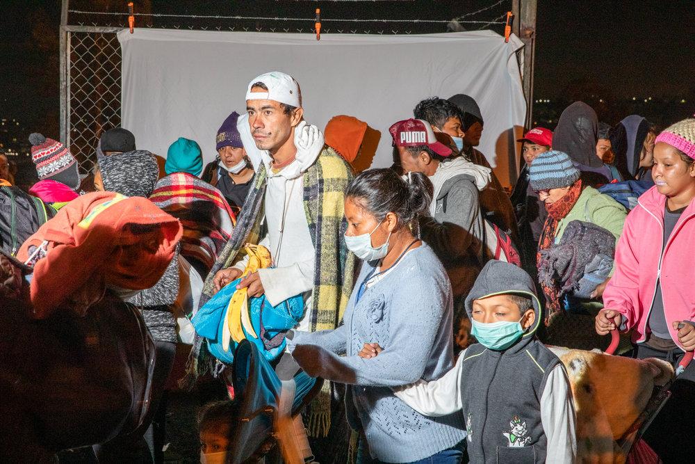 Personas que forman parte de la carvana migrante que viaja desde Centroamérica, dejan el estadio donde pasaron la noche en Querétaro, México el 11 de noviembre de 2018. Miles de personas forman parte de esta caravana que ha sido una de las más grandes hasta la fecha. Las caravanas de migrantes ocurren desde hace años, las personas de América Central viajan juntas por seguridad.