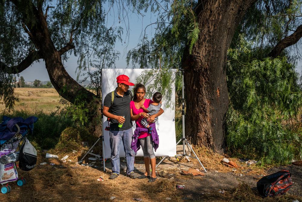 Óscar Gabriel de 19 años, su esposa Michel Mendoza de 16 años y su hijo Jonathan Gabriel Mendoza, originarios de Honduras, forman parte de la caravana migrante que viaja desde Centroamérica, en Querétaro, México el 11 de noviembre de 2018. Miles de personas forman parte de esta caravana que ha sido una de las más grandes hasta la fecha. Las caravanas de migrantes ocurren desde hace años, las personas de América Central viajan juntas por seguridad.