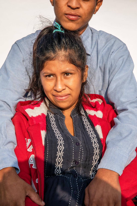 """""""Siento que todos mis problemas yo los dejé atrás. Porque tenía problemas terribles,"""" - dijo Karla González de 19 años originaria a Ahuachapan, El Salvador. Posa para una fotografía con su nuevo novio Juan (el apellido fue omitido por razones de seguridad) de 19 años originario de Honduras.González y Juan tiene una historia de amor en la caravana. Se conocieron en redes sociales pero no se habían visto en persona hasta que se encontraron en Tapachula, Chiapas, México."""" … tenía problemas terribles. Más en mi hogar, y pues pocos en la calle. En la calle la delincuencia, no puedo salir ni a afuera de mi casa porque ya tengo dos personas paradas diciéndome que si quiero hacer tal cosa, pero no puedo arriesgar la vida de mi familia, ni la vida de mi bebé."""""""