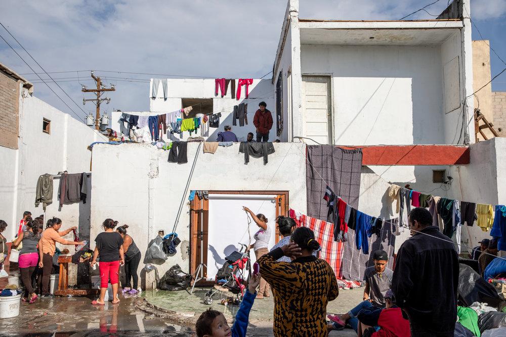 Un albergue para migrantes hospeda a miembros de la Caravana Migrante en Mexicali, Baja California, México el 17 de noviembre de 2018.