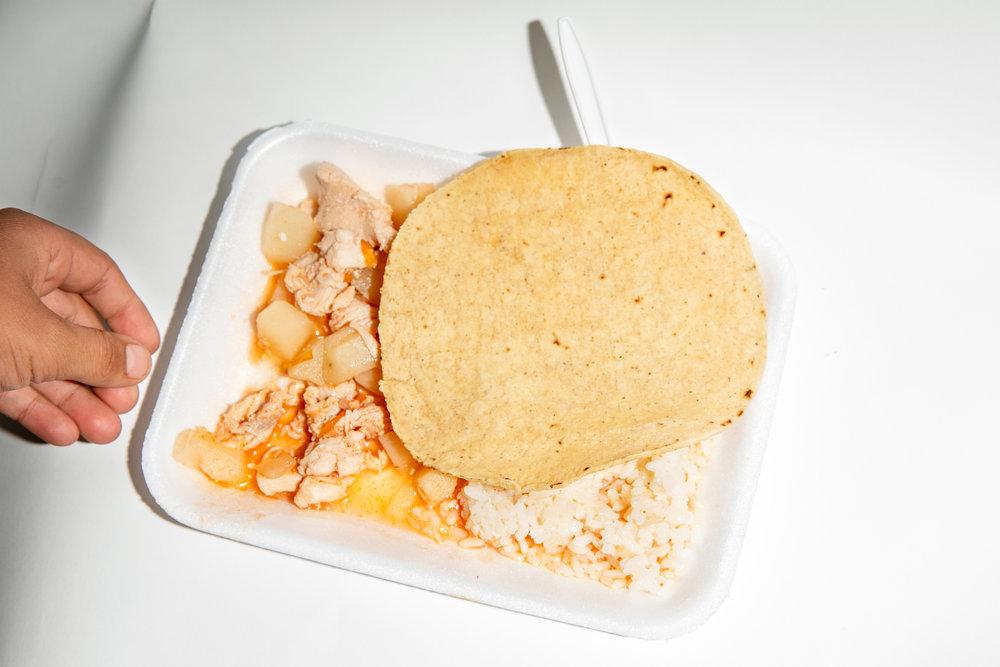 Un plato de comida servido en un albergue para migrantes que hospeda a miembros de la Caravana Migrante en Mexicali, Baja California, México el 17 de noviembre de 2018.