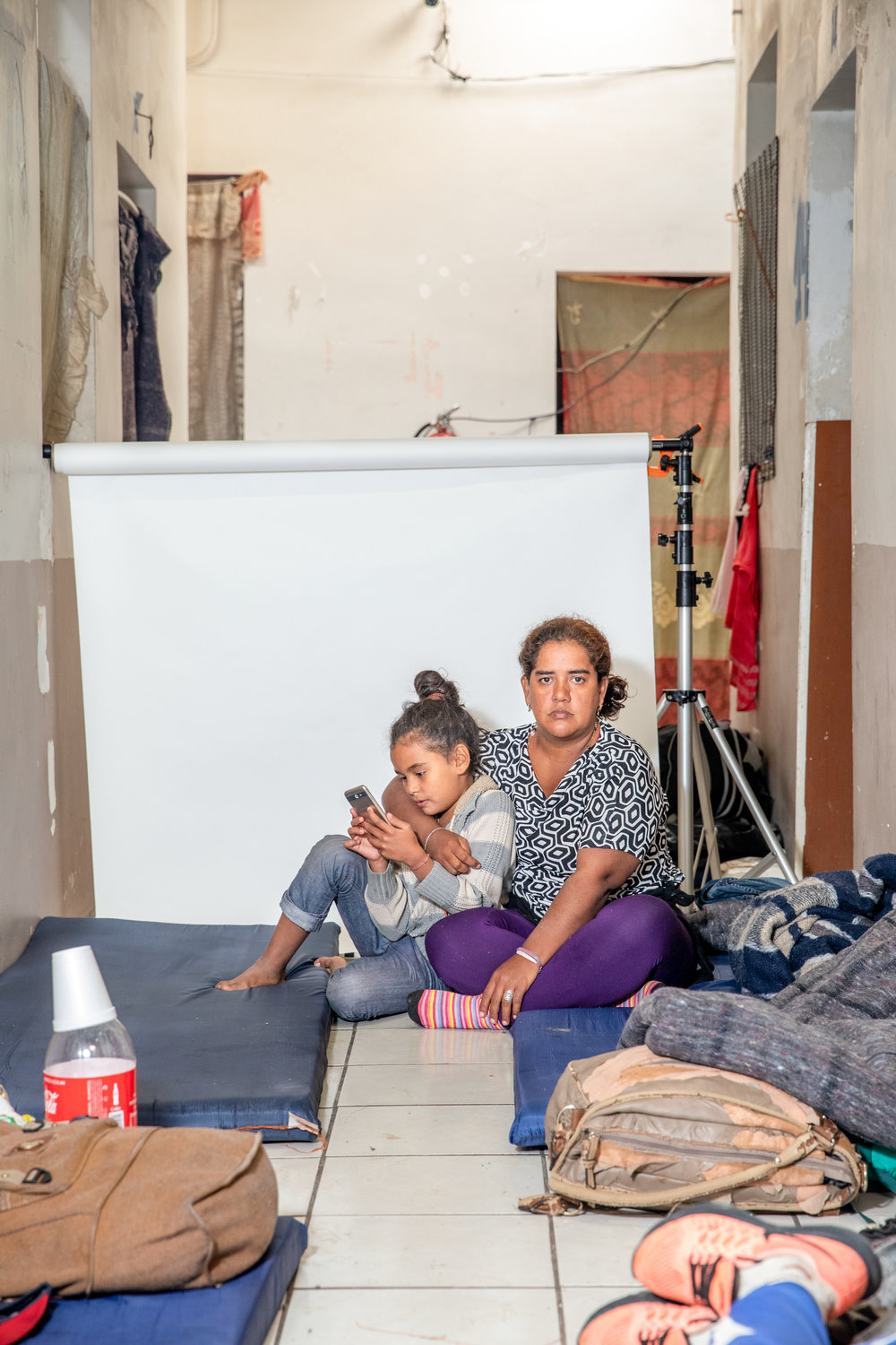 """The crime there left me bankrupt,"" - said María Claro, 35 and her daughter Valerie Claro, 9, from Cortes, Honduras. Claro made the decision overnight, she did not spend a lot of time thinking about it.Claro sold used clothes at an informal stand on the street, paying the 'tax' that the gangs required was starting to be impossible.""I left because they were extorting me, that was my reason. They told me that if I did not pay the tax the next month, they would kill my daughter. I could not find a way to make the money that I owed. I had no money to pay, or any way to sell enough to make up my debt.""During the journey, many watched the statements of President Trump. ""We have been accused of being criminals, but not we are not. We are hardworking people. We tried to get ahead, but they did not let us. I ask Trump to have a conscience. There are women and children who are very hardworking. We like to earn our daily bread, in an honest way. Just as he was once a migrant, so are we."""