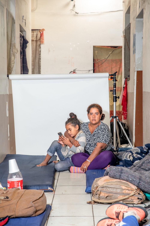 """""""Allá la delincuencia me dejó en bancarrota"""" - dice María Claro de 35 años con su hija Valerie Claro de 9 años, originarias de Cortés, Honduras. Claro tomó la decisión de partir una noche, no lo pensó mucho.""""Me salí porque me estaban extorsionando. Ese es mi motivo, porque me dijeron que si no pagaba el siguiente mes, me iban a matar a la niña. Ya no hallaba por donde hacerle. No tenía dinero como pagar, ni cómo vender.""""Durante el viaje muchos han escuchado las declaraciones del presidente Trump. """"Pues a nosotros nos han tachado que somos delincuentes, que somos criminales pero no. Aquí venimos gente trabajadora, gente luchona. Que hicimos nuestra parte para salir adelante, pero no nos dejaron. Yo le digo a Trump que se ponga la mano en la conciencia. Que aquí van niños, mujeres con hijos que somos muy trabajadores. Nos gusta ganarnos el pan de cada día. Honradamente, así como él algún día fue migrante, así somos nosotros."""""""