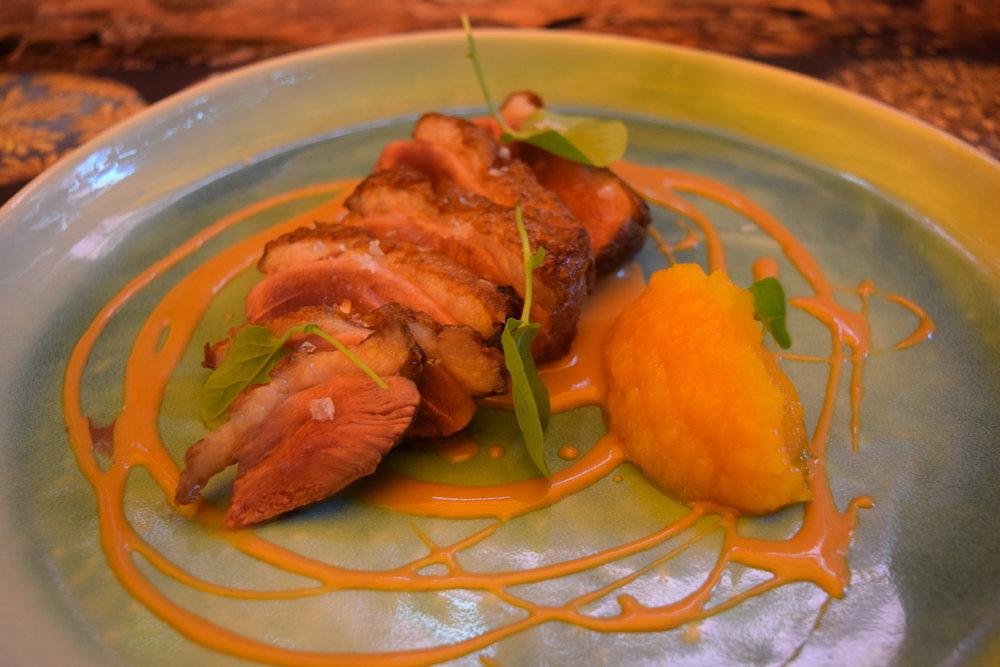Magret de pato laminado, compota de calabaza y crema de soja. Duck breast with pumpkin compote.