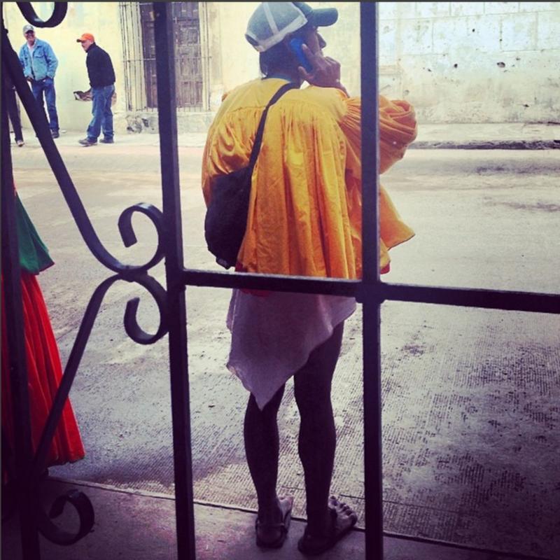"""Arnulfo Quimare, uno de los más respetados ultra maratonistas (mencionado en el Best-Seller """"Born to Run) utilizando su teléfono celular. Foto: https://www.instagram.com/p/lQykE6K8I-/?taken-by=hramosf"""