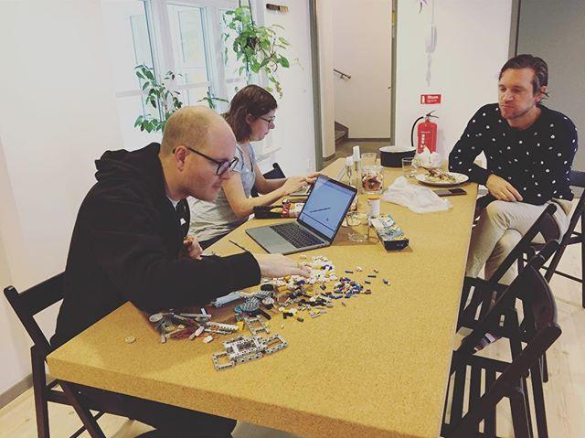 Coworker Maria får support med att preppa inför First Lego League som går av stapeln i Malmö 11/11!