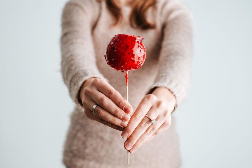 foto mujer con manzana.jpg