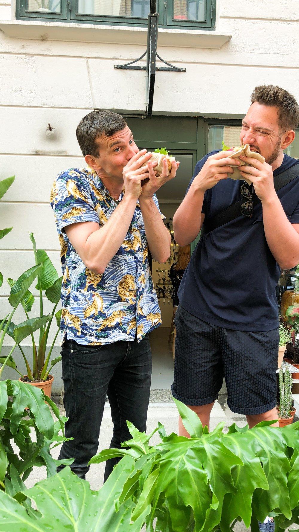....og Plantepølsen servede de lækreste Plante pølse hotdogs. -
