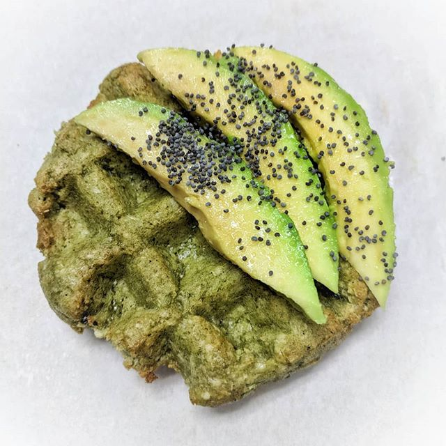 Behold! The inaugural #ToastTuesday for Garlicky Greens. It's amazing how little it needs with all the garlic flavor. Did you know how GOOD garlic is for you? It contains allicin, a powerful sulfur compound with medicinal properties. Throughout history, it has been used to combat colds, lower blood pressure, detoxify, aaaaand the ancient Olympians of Greece even used it to reduce fatigue! (maybe we should overnight some #Swapples to team USA in Pyeongchang...🤣) (info credz: @healthline) • • • • • • #swapple #grainfree  #seriouseats #breakfast #toast #toasttuesday #avocadotoast #avocado #paleobreakfast #garlic #healing #healthygut #aipapproved #antiinflammatory #funfact #nosugaradded #rdapproved #eatwell #wellness #eatrealfood #jerf #vegansofig #glutenfreeliving #plantstrong #plantpowered #plantbased #morningroutine #thenewhealthy