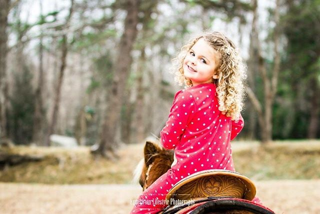 Here is just some cuteness to brighten up the feed! She was definitely the most adorable Cowgirl I had in front of my lens, wouldn't you agree? Happy Holidays from your Equestrian Lifestyle Photographer Anett! www.creatememoriesbyanett.com . . .  #equinephotographer #equestrianlifestyle #equestrianlifestylephotographer #canonshooter #equineportrait #horseandgirl #inlovewithequines #horseportrait #horsecrazy #canon5dmarkiii #horsephotography #creatememoriesbyanett #littlecowgirl #cutecowgirl #holidayphotoshoot #ipreview @preview.app #horsemagazine
