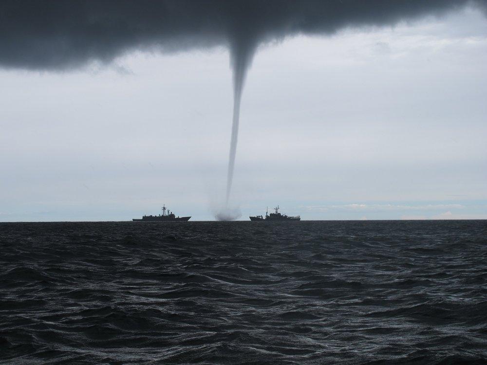 tornado-2090803_1920.jpg