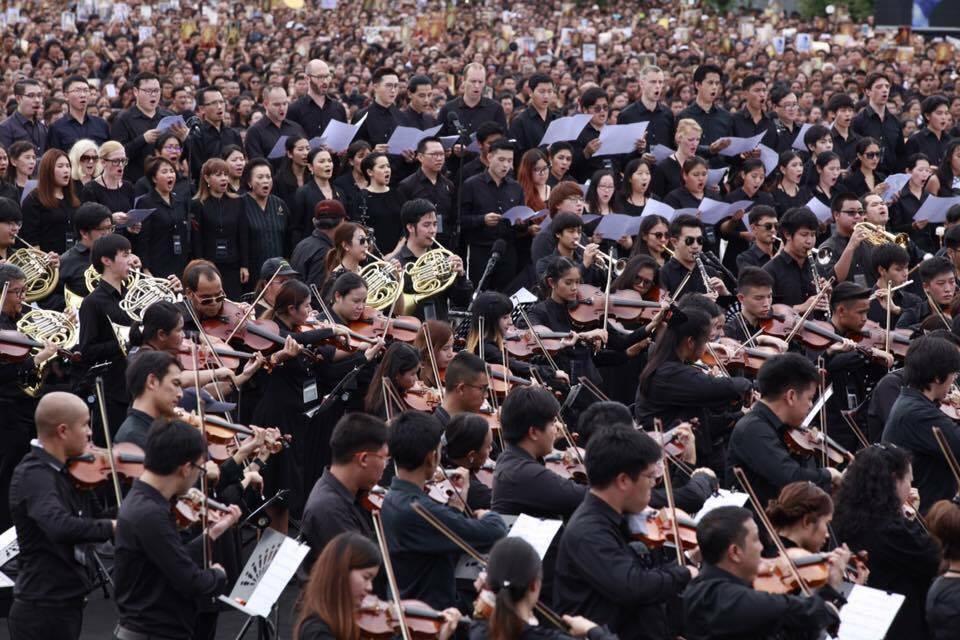 สยามฟิลฮาร์โมนิค ออร์เคสตร้า ภายใต้การอำนวยการวงโดยอาจารย์สมเถา สุจริตกุล เพื่อนำประชาชนรวมพลังขับร้องเพลงสรรเสริญพระบารมี ถวายเพื่อเทิดพระเกียรติพระบาทสมเด็จพระปรมินทรมหาภูมิพลอดุลยเดช ณ ท้องสนามหลวงเมื่อวันที่ 22 ตุลาคม 2559