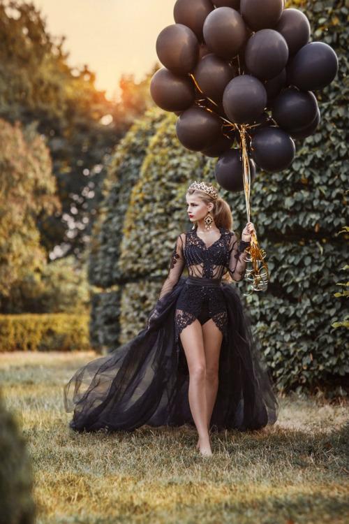 balloons gown outdoor.jpg